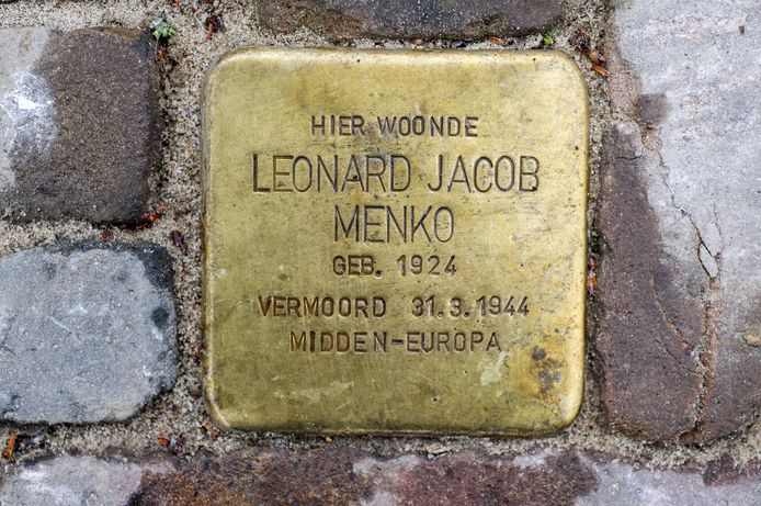 Een van de 'struikelsteentjes' aan de Annastraat, met daarop de namen en gegevens van vier leden van het gezin Menko, die hier woonden en de oorlog niet overleefden.