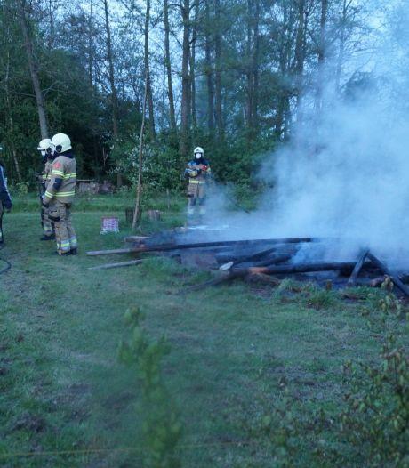 Tipi brandt volledig uit op terrein van abdij in Nieuwkuijk