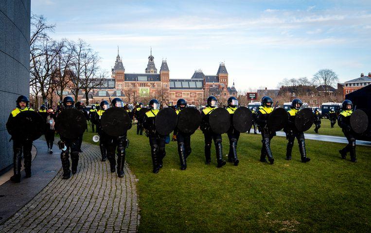 Tegen grove schendingen van de openbare orde treedt de politie nog wel op. Beeld