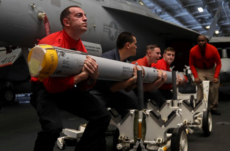 Amerikaanse mariniers laden een raket op het vliegdekschip USS Abraham Lincoln in de Perzische Golf. Beeld AP
