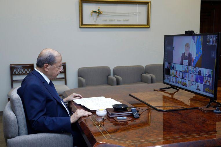 De Libanese president Michel Aoun in gesprek met wereldleiders na de explosie in Beiroet. Beeld EPA