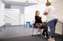 MECHELEN Het personeel van AZ Sint-Maarten wordt gevaccineerd. Hier krijgt Karolien Wellekens haar eerste spuit