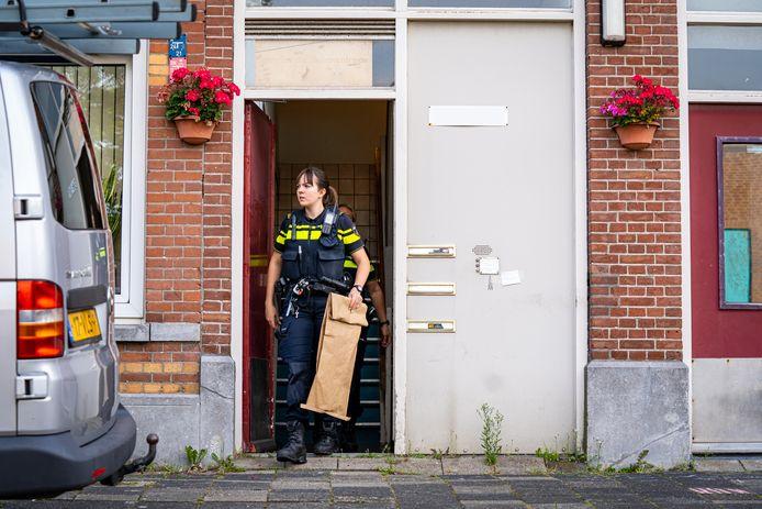 Bij een worsteling op de Hennewierstraat in Rotterdam raakte een man lichtgewond.