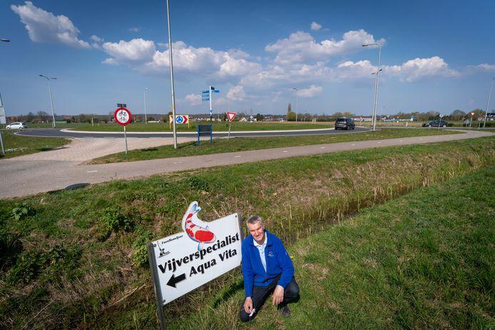 Dicky van Zanten van Aqua Vita bij de grote rotonde in Driel die hij samen met hoveniersbedrijf Blommers gaat verfraaien.