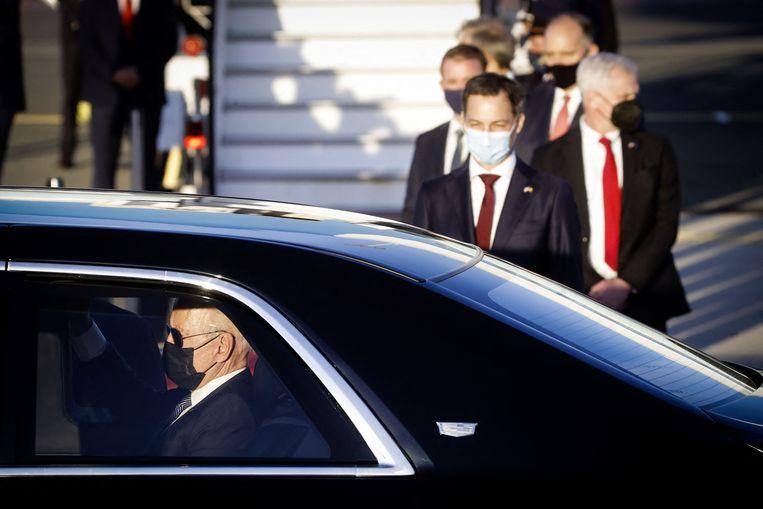 De Belgische premier Alexander De Croo staat Joe Biden op te wachten bij aankomst in Brussel. Beeld AFP