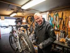 Benzine te duur: Enschedese fietsenmaker kan fietsen met zijn Jaguar niet meer gratis halen en brengen