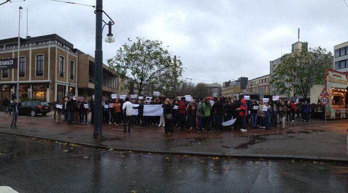 Vluchtelingen protesteren in de Arnhemse binnenstad tegen de aanslagen in Parijs.