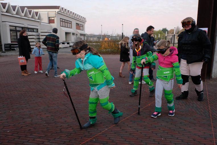 Kinderen testen een verouderingspak uit