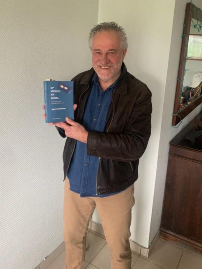 Marc De Buysscher met zijn boek.