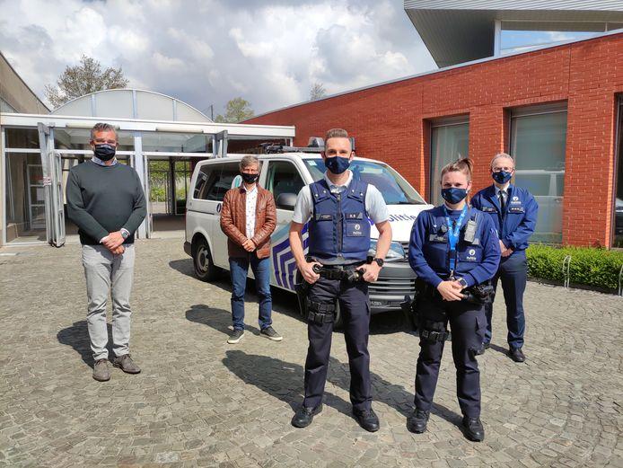 Van links naar rechts: Burgemeester Claude Croes (CD&V) van Deerlijk, burgemeester Alain Top (Vooruit) van Harelbeke, interventie-inspecteurs Aaron en Kimberley en korpschef Jean-Louis Dalle.
