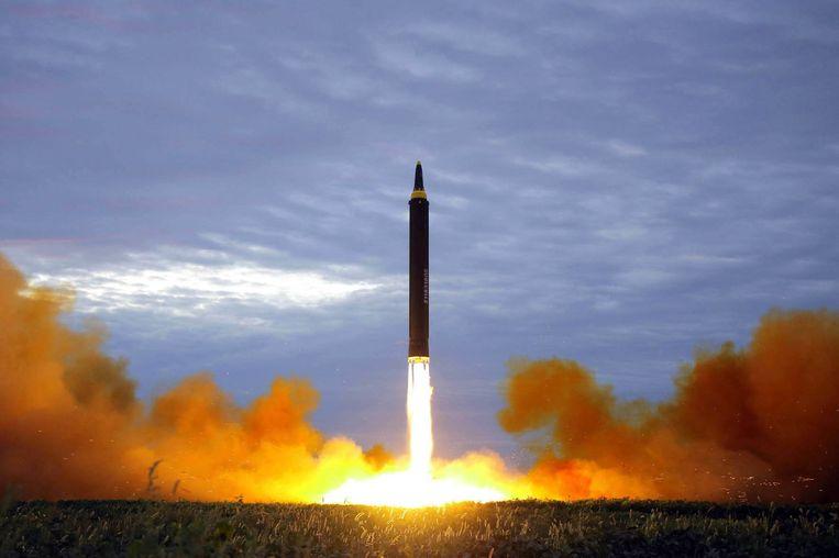 De testlancering van een Hwasong-12 middellange-afstandsraket door Noord-Korea.