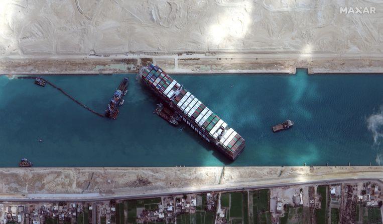 De 'Ever Given' blokkeert het Suezkanaal, op 28 maart. Inmiddels is het containerschip weer los getrokken. Beeld EPA