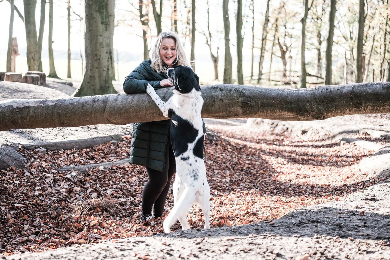 Anita Dibbes aan het spelen met hond Didas.  Foto: Jan Ruland van den Brink