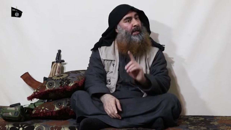 Abu Bakr al-Baghdadi in een propagandavideo van 30 april 2019.  Al-Baghdadi was geen kluizenaar, zoals Bin Laden. Hij bleef betrokken bij wandaden van de groepering, zoals de georganiseerde verkrachting van vrouwen.
