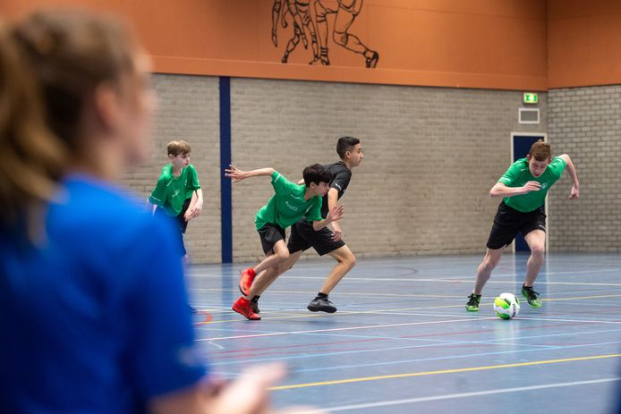 Voetballende kinderen in de Amerhal in Made.