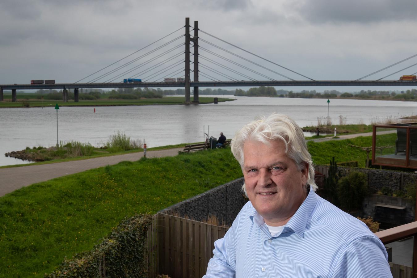 Ex-wethouder Martin Ekker op de balkon van zijn woning aan de IJssel.