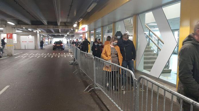 Rijen voor de Ikea in Breda.