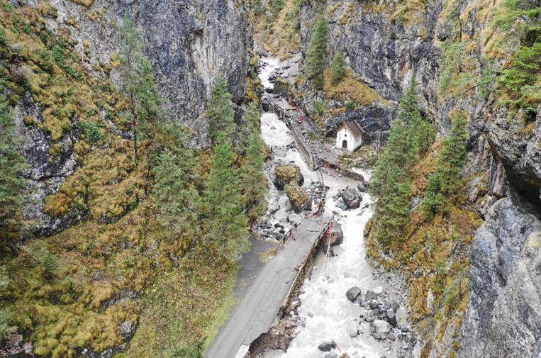 Een brug in de Pettorina Vallei (Noord-Italië) is ingestort na aanhoudend noodweer in de regio.  Beeld EPA
