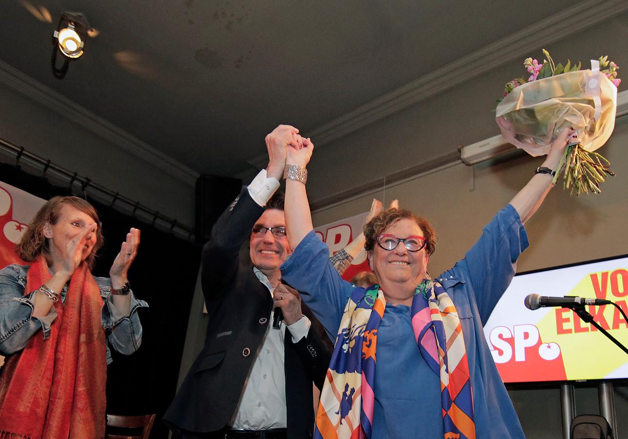 Henk van Gerven (links) viert met Marie-Therese Janssen dat de SP in Oss weer de grootste partij is geworden. Van Gerven stond vijfde op de lijst maar gaat nu toch naar Den Haag.