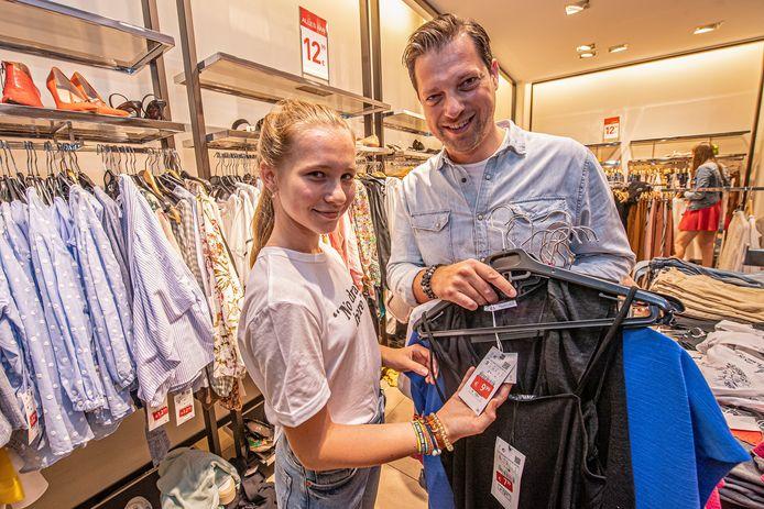 Emma Decaestecker en haar papa Cédric gingen nog even op soldenjacht bij Zara.