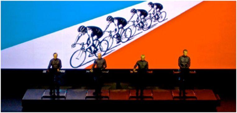 Kraftwerk speelt Tour de France en Eddy Merckx verschijnt in beeld. Beeld kos
