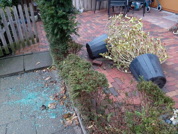 De schade aan de voortuin nadat de auto er vannacht in was gereden.