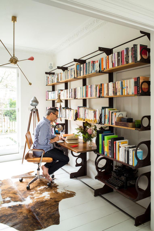 Het huis, vlak bij Regent's Park in hartje Londen, baadt in het daglicht. De boekencollectie bekleedt er  een prominente plaats. Beeld Paul Raeside