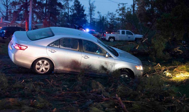 Een weggewaaide auto in een beek in Onalaska, Texas.