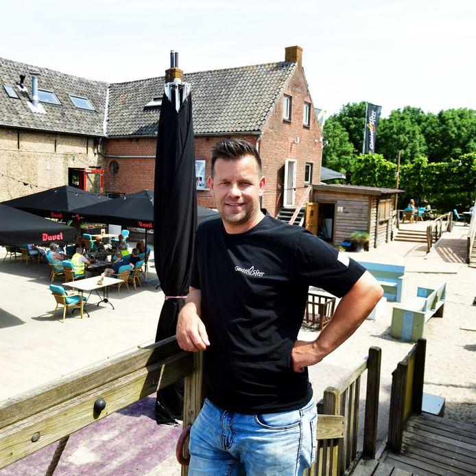 Ronnie Lazaroms, trots op het terras waar zijn Knuffelparty als eerste 1,5m-loze evenement van West-Brabant gaat plaatsvinden.
