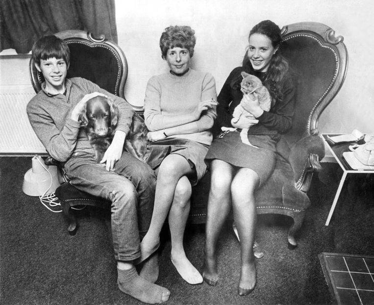 Netty Rosenfeld met zoon Martijn en dochter Margalith, halverwege de jaren zestig.   Beeld Privéarchief