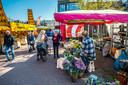 Ondanks het stralende weer is het niet te druk op de markt in Borne, die voor het eerst in maanden weer compleet is.