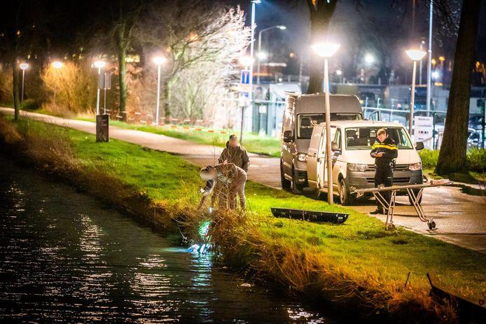 Lange tijd werd onderzoek gedaan aan beide kanten van het kanaal in Eindhoven naar de vondst van een overleden persoon in het water.