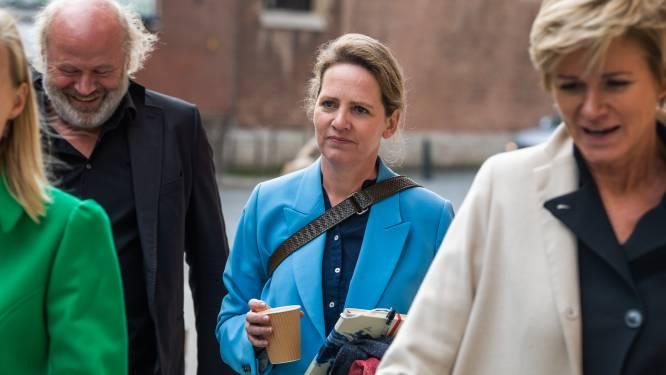 """Van """"mitraillette aan berichten"""" tot """"verdachte zoenscène"""": dit vertellen de vrouwen over Bart De Pauw op de eerste procesdag"""