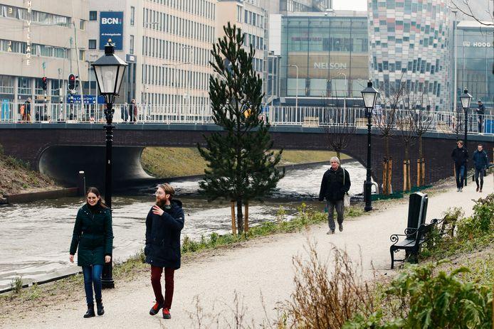 Wandelen langs de singels is populair, nu zoveel Utrechters thuiswerken en weinig beweging krijgen.