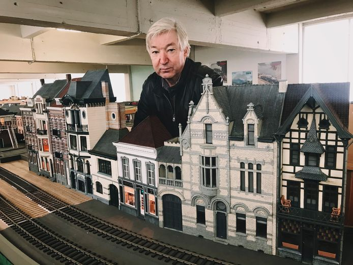 Marc Mortier bouwt Aalsterse huizen na.