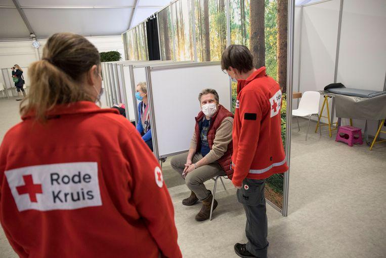 Rode Kruis-hulpverleners helpen bij de vaccinaties in Den Haag. Beeld Arie Kievit