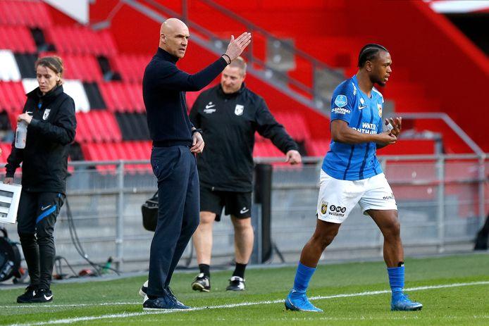 Vitesse-trainer Thomas Letsch (links) geeft in de topper tegen PSV aanwijzingen aan Loïs Openda.