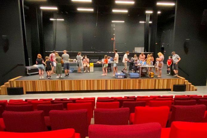 Onderzoekers van de coronatestbus van UZ Gent installeerden zich maandagnamiddag op het podium van Cultuurhuis EMotia in Erpe-Mere.