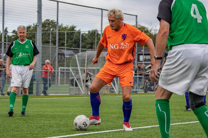 Kees Kist (m) tijdens een potje walking football met de oud-internationals.
