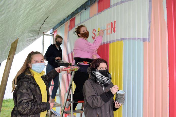 Lien, Athina, Kimmie en Shauny zorgden voor een kunstige selfiewall langs het parcours van Invitro. Het werk maakt ook deel uit van het Changemakers-project van 11.11.11.