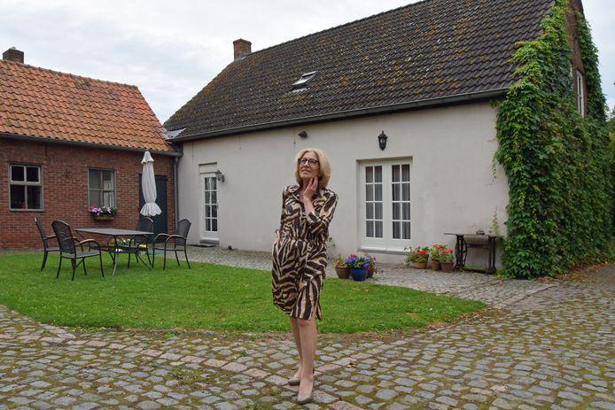 Sylvie Petit verkoopt haar boerderijtje in Axel, omdat ze dichter bij de kinderen wil gaan wonen.