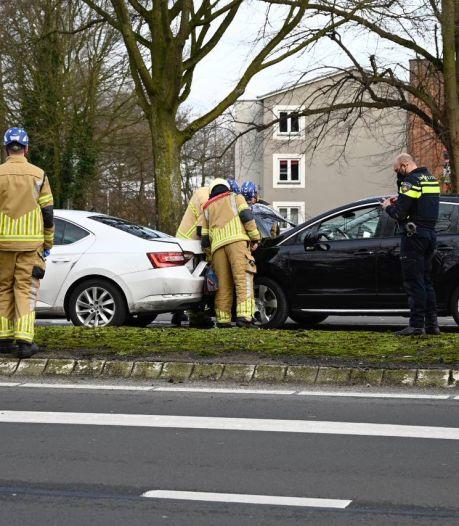 Vrouw gewond bij kop-staart botsing in Almelo: brandweer assisteert