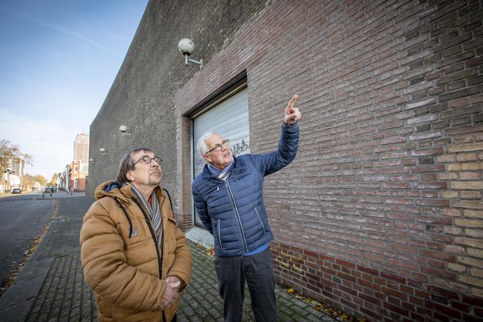 Johan Wennink (links) en Herman Zandstra, de buren van het BATO-complex. Ze vinden het gebouw grauw en drie keer niks. De sloperskogel mag zwaaien wat hun betreft.