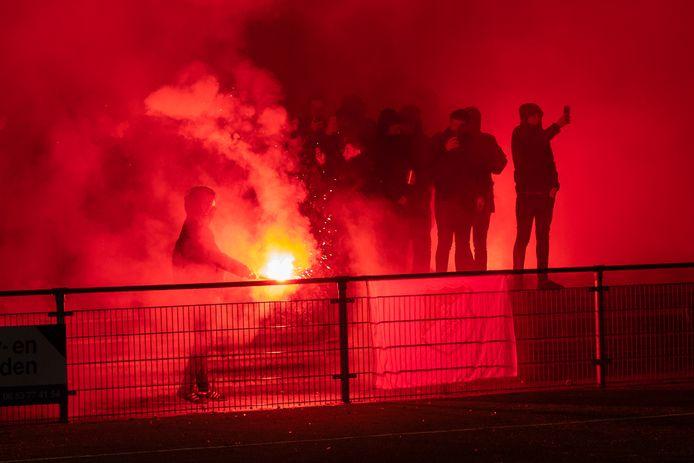 Januari 2019 RKHVV-Jonge Kracht: Huissense fans luisteren de Betuwse derby der derby's op met rode fakkels op de Blauwenburcht.