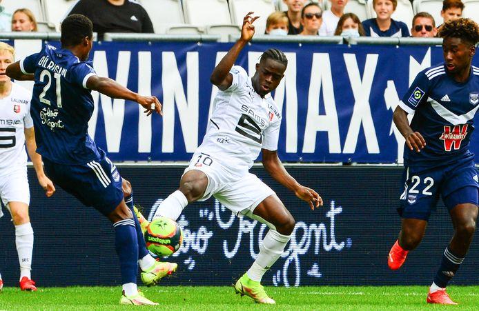 Eduardo Camavinga (wit shirt) van Stade Rennais in duel met de Nederlander Javairo Dilrosun (links) van Bordeaux. Rechts Timothee Pembele van Girondins.