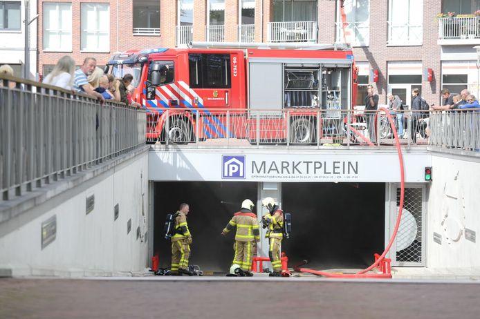 Brandweer bij de ingang van de parkeergarage in Epe.