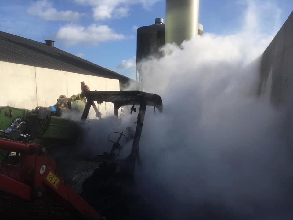 De brand brak uit in een verreiker tussen stallen met 20.000 eenden in Terwolde.