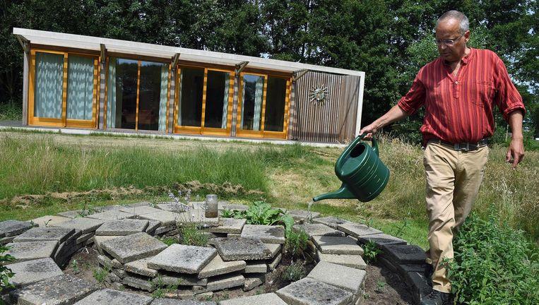 Peter Slijpen bij zijn huis in Melderslo, dat geen gas- en stroomaansluiting heeft en ook niet beschikt over een waterleiding en riool. Beeld Marcel van den Bergh