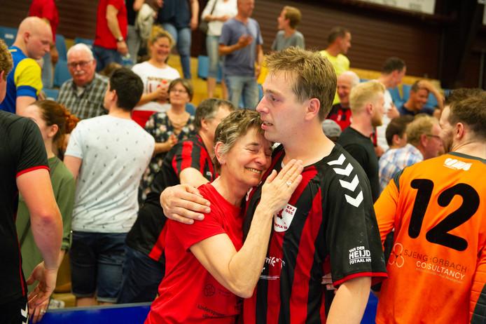 Harm van Iperen en moeder Mieke vieren de promotie van de handballers van Olympia'89 naar de eredivisie.