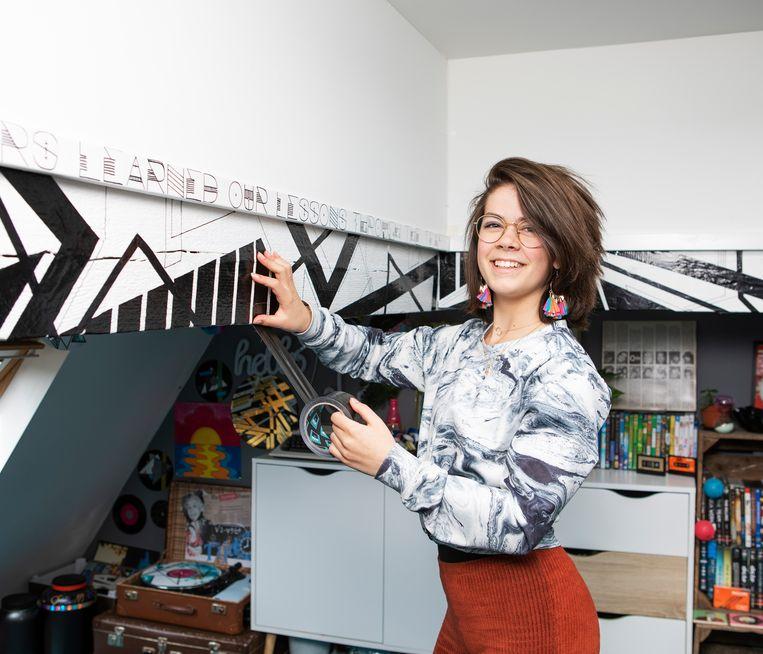 Jasmijn Tittse (15) gebruikt de lockdown om haar kamer te schilderen en te versieren.  Beeld Martijn Gijsbertsen
